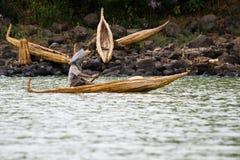 埃赛俄比亚的人运输在纸莎草小船的物品 库存图片