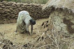 埃赛俄比亚的妇女从母牛粪燃料盘做 库存照片