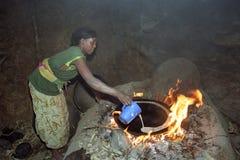 埃赛俄比亚的妇女烘烤在柴火的injera 库存照片
