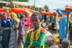 埃赛俄比亚的男孩在一个地方市场上 图库摄影