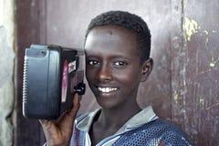 埃赛俄比亚的男孩画象有收音机的,埃塞俄比亚 免版税库存图片