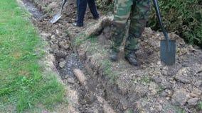 埋没的两名工作者填满排水沟 影视素材