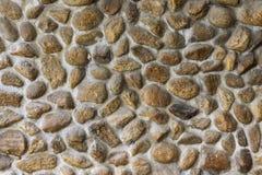 埋置石头在水泥墙壁 免版税库存照片