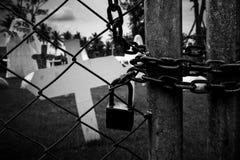 埋葬十字架在坟园-黑白版本 库存图片