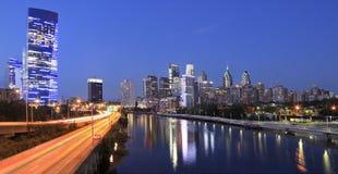 费城地平线被阐明和被反射入Schuylkill河在黄昏 免版税库存照片