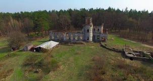 城堡中世纪鸟瞰图在森林附近的Zamok Tereshchenkiv 影视素材