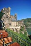 城堡从餐馆的Rheinstein视图 库存图片