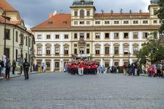 城堡仪式更改的卫兵布拉格 免版税库存图片