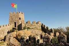城堡停泊。在塔的葡萄牙旗子。辛特拉。葡萄牙 免版税库存图片