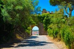 城堡内墙,中世纪被成拱形的门,旅行葡萄牙 免版税库存图片
