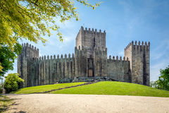 城堡吉马朗伊什(Castelo de GuimarA£ess)在葡萄牙 库存图片