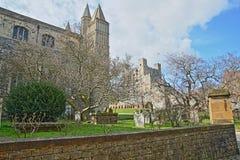 城堡和大教堂的看法在有坟茔的罗切斯特在前景 免版税库存照片