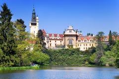 城堡和庭院在布拉格,捷克共和国附近的Pruhonice 库存照片