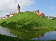 城堡和护城河的看法从河 库存照片