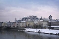 城堡和河的萨尔茨堡视图 库存图片