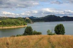 城堡和湖在Czorsztyn,波兰 库存照片