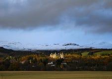 城堡和雪加盖的山 免版税库存图片