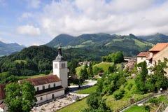 城堡在瑞士附近的教会格律耶尔 免版税库存图片
