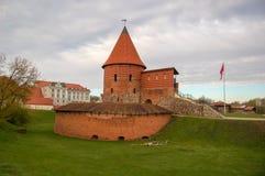 城堡在考纳斯在老镇,立陶宛 自1361以来已知的城堡的被保存的和被恢复的部分 免版税库存照片