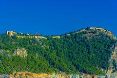 城堡在阿拉尼亚在小山顶部修造了 免版税库存照片