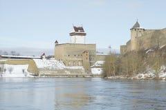 城堡埃尔曼冬天早晨的看法从Ivangorod的 冬天 免版税库存图片