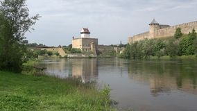 城堡埃尔曼和Ivangorod堡垒,覆盖在纳尔瓦河的河岸的威严的天 股票视频