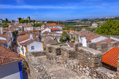 城堡塔楼塔墙壁街道桔子顶房顶Obidos葡萄牙 免版税图库摄影