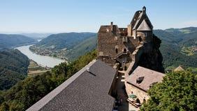 城堡多瑙河中世纪谷视图 库存图片