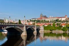 城堡对视图的布拉格春天 免版税库存图片