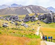 城堡小山,南岛,新西兰- 2017年12月, 10日:迁徙城堡小山足迹的游人 免版税库存图片