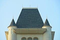 城堡屋顶,穿上鞋子rooftile在蓝天背景, 库存照片
