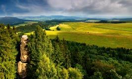 从城堡岩石废墟的风景视图  免版税图库摄影