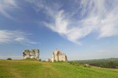 城堡废墟的风景看法在米罗村庄 波兰 免版税库存照片