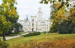城堡捷克hluboka nad共和国vltavou 五颜六色的秋天时间 免版税图库摄影