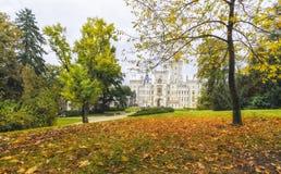 城堡捷克hluboka nad共和国vltavou 五颜六色的秋天时间 库存照片
