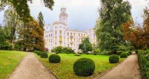 城堡捷克hluboka nad共和国vltavou 五颜六色的秋天时间 免版税库存图片
