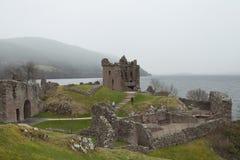 城堡日有雾的苏格兰人 库存照片