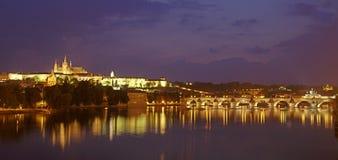 城堡晚上布拉格 免版税库存图片