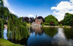 城堡有湖视图 免版税库存图片