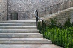 城堡样式具体曲线楼梯 免版税图库摄影