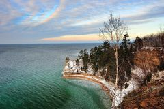 城堡湖矿工国家被生动描述的岩石岸 库存图片