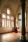 城堡演奏妇女的吉他malbork 免版税库存照片