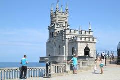 城堡燕子的巢的游人在克里米亚 免版税库存照片