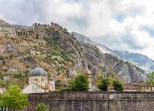城堡的基督教会在山的脚 库存照片