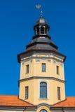 城堡的塔在蓝天背景的涅斯维日  免版税库存图片