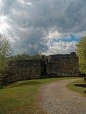 城堡的废墟在多云天保持 图库摄影