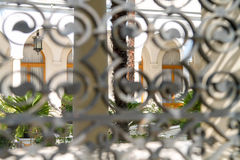 城堡的庭院的看法通过篱芭 库存照片