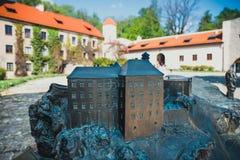 城堡的模型在有真正的大厦的Pieskowa Skala在背景,盲人识字系统系统中 库存图片