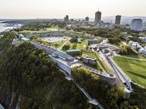 城堡的空中直升机视图魁北克市地平线老堡垒在背景中 库存照片