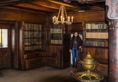 城堡的访客在麸皮城市检查麸皮城堡的图书馆在罗马尼亚 免版税库存图片